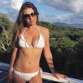 Elizabeth Hurley continua jovem aos 50 anos