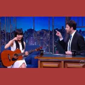 Japonesa canta música do Chaves e Danilo Gentili se emociona