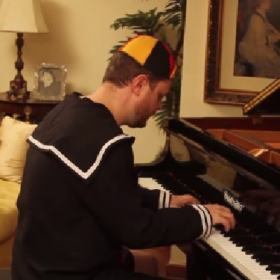 Vinheteiro toca medley das melhores músicas do Chaves no piano